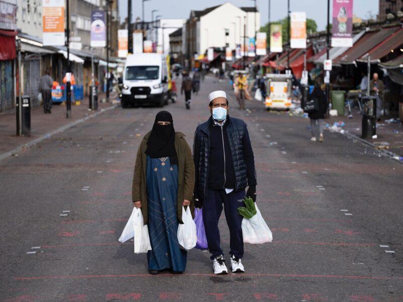 2METRES: Ritratti mascherati a Ridley Road | Gideon Mendel | UK